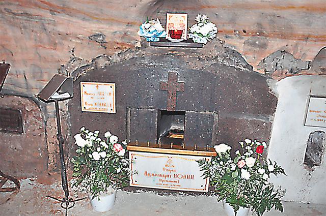 Место погребения старца Иоанна (Крестьянкина) в пещерах. Через небольшое окошко можно дотронуться до гроба батюшки