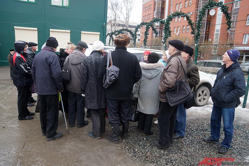 Пожилые люди ждут своей очереди на переоформление документов.