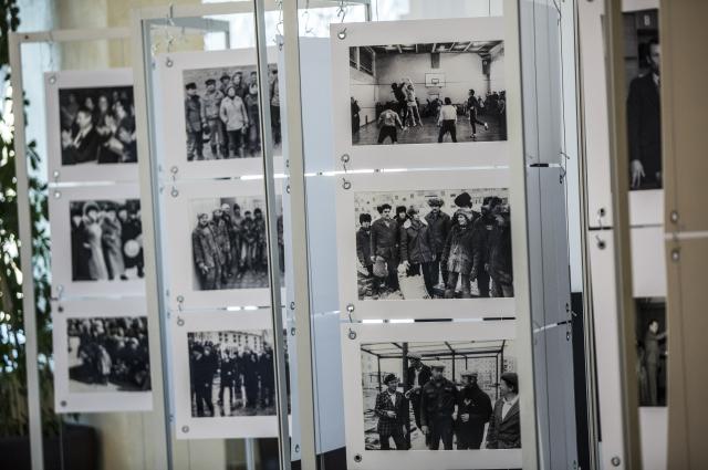 Фотовыставка, иллюстрирующая историю компании.