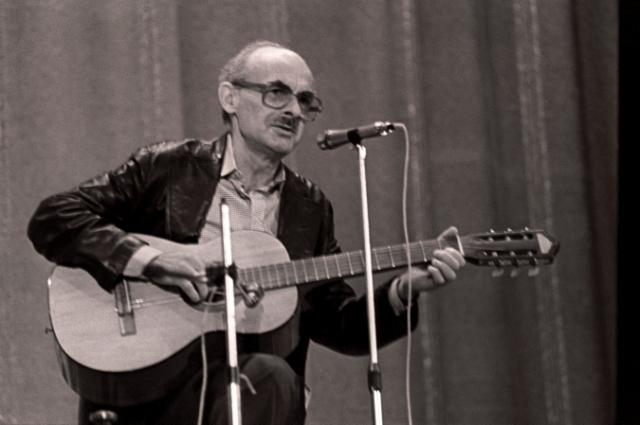Советский поэт Булат Окуджава ухаживал за телеведущей в молодости.