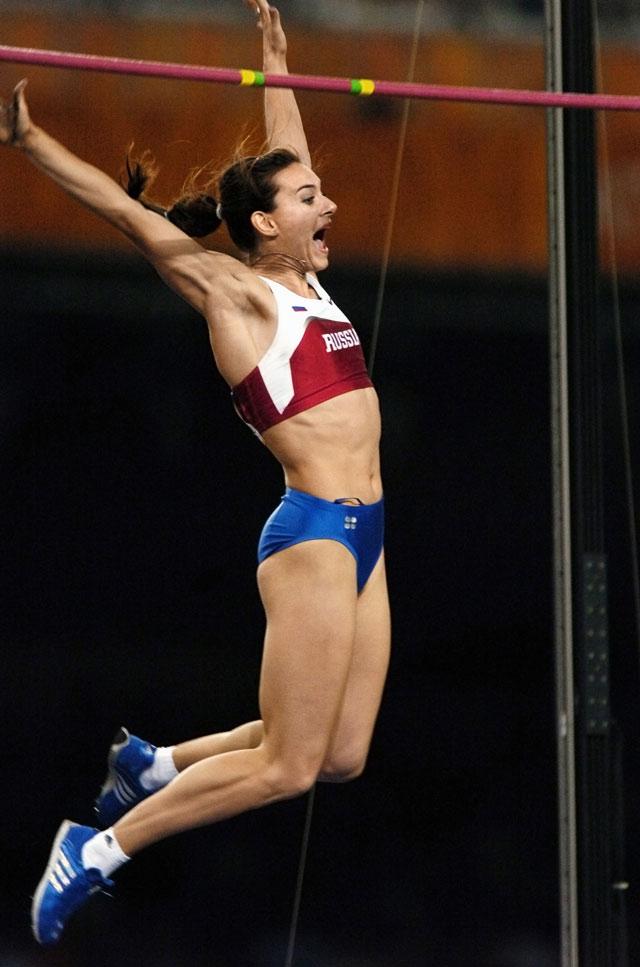 Елена Исинбаева во время выступления на Олимпиаде-2004 в Афинах.