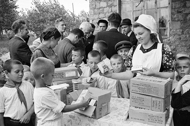 Раздача продуктовых наборов по ленд-лизу в Москве, 1945 г.