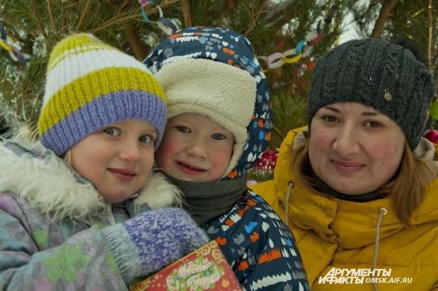 Дети с удовольствием играли в ледовом городке.