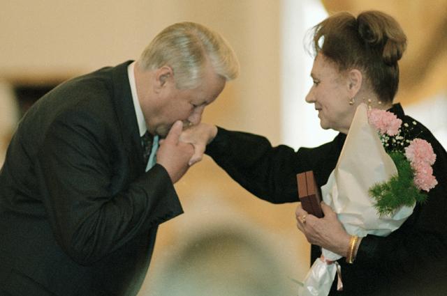 Президент РФ Борис Ельцин вручает Орден «За заслуги перед Отечеством» Лидии Смирновой. 1995 год.
