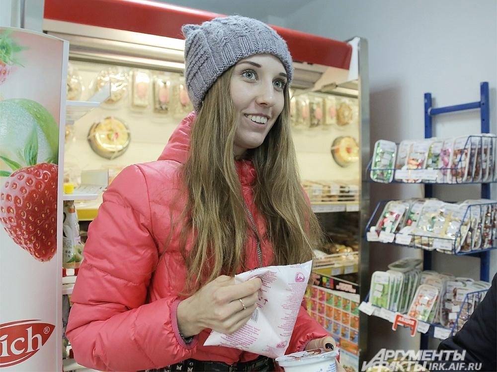 Алена выбрала сегодня снежок и йогурт.