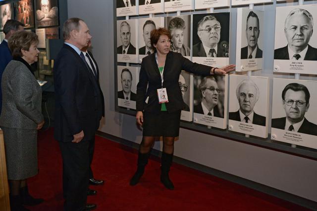 Владимир Путин, Татьяна Юмашева иНаина Ельцина вовремя осмотра экспозиции «Семь дней, которые изменили Россию» вмузее Бориса Ельцина вЕкатеринбурге. 25 ноября 2015.