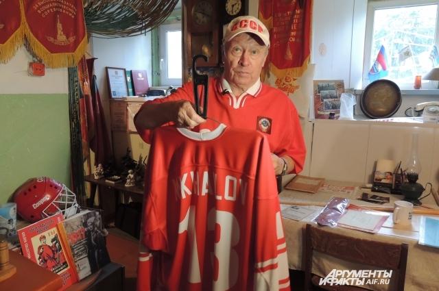 Спортивная форма Бориса Михайлова, на которой расписались все игроки хоккейной сборной СССР, бесценна в среде болельщиков.