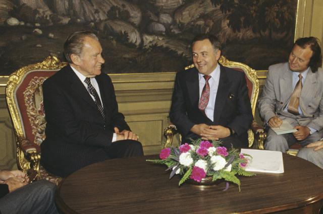 Андрей Владимирович Козырев, министр иностранных дел России (второй слева), на встрече с Ричардом Никсоном, экс-президентом Соединенных Штатов Америки (слева).