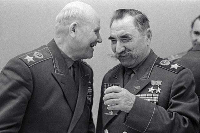 Маршал Советского Союза Иван Конев (слева) и Маршал Советского Союза Семен Буденный (справа) на встрече ветеранов в Кремле. 1965 г.
