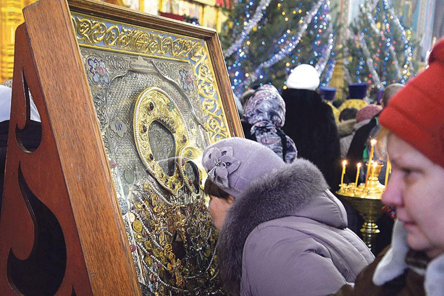 Верующие белгородцы почитают святыни.