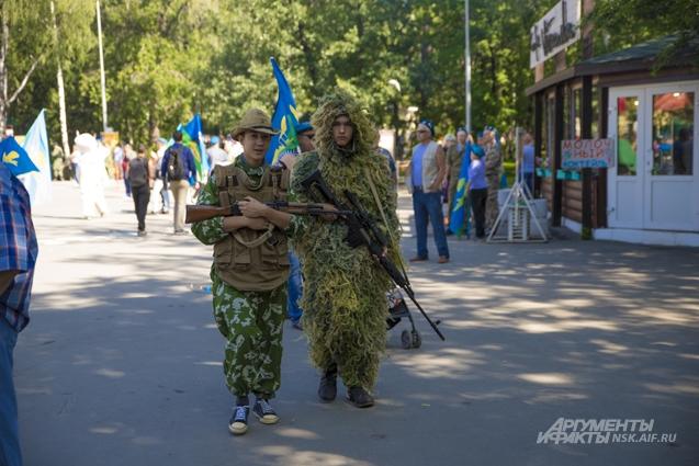 На праздник десантники нарядились в армейскую форму.