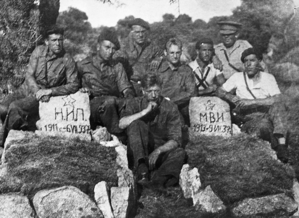 Советские танкисты у могил своих товарищей, погибших во время гражданской войны в Испании. 1937 г.