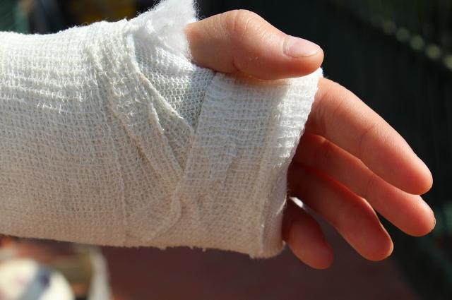 Нередко дети получают переломы прямо дома.