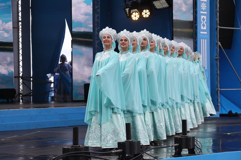 На сцене - известный ансамбль танца Сибири имени М. С. Годенко.