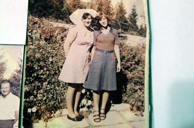 Татьяна Носкова (на фото слева) в поварском фартуке и колпаке.