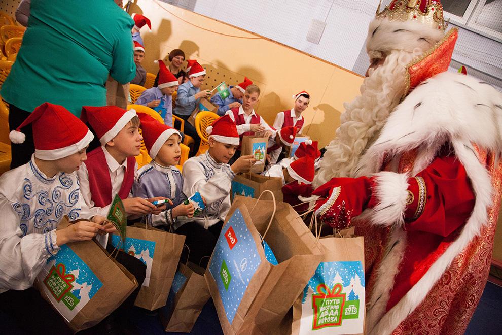 В каждом городе большого новогоднего путешествия Деда Мороза вместе с ведущими телеканала НТВ навестит воспитанников школ-интернатов и детских домов.