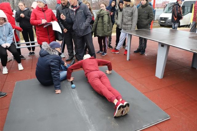 Жители Комсомольского района тестируют новую спортплощадку.