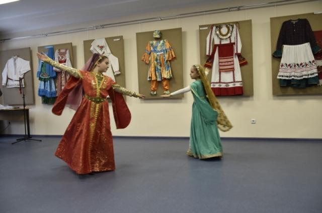 На конкурс-выставке национальных костюмов выступили творческие коллективы разных народов страны.