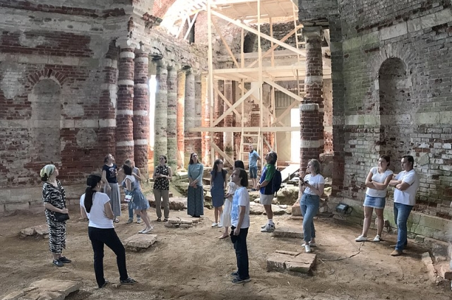 Студенты на экскурсии в храме Петра и Павла.