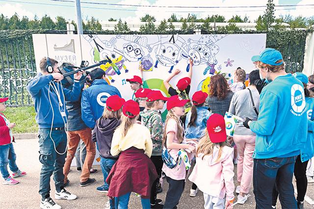 Юные художники пришли ввосторг отогромных раскрасок.