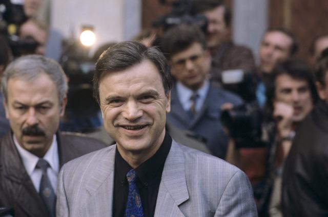 Председатель Верховного Совета РФ Руслан Хасбулатов на избирательном участке в день Всероссийского референдума.1993 год