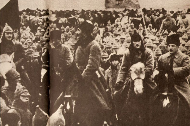 Командиры Первой конной армии РККА К. Е. Ворошилов, ?, С. М. Будённый, фото периода 1918 1920 годов