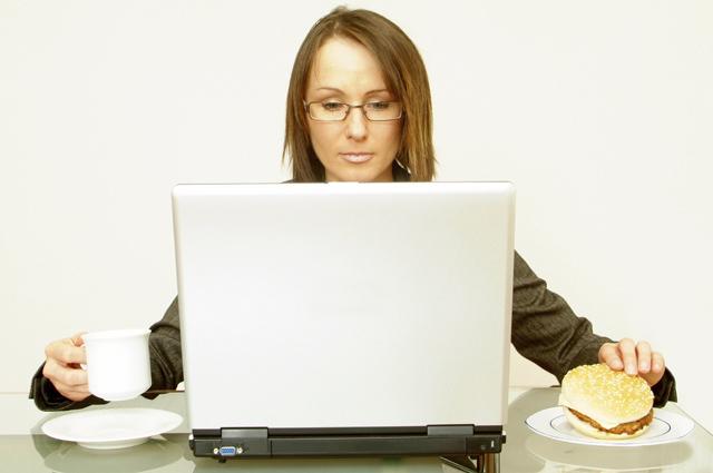 Работа, еда за компьютером