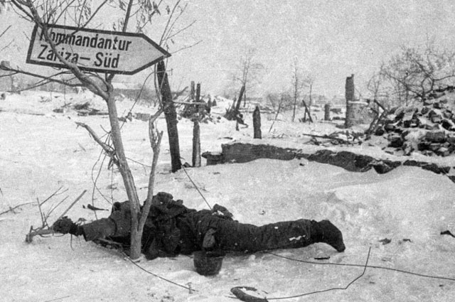 Труп немецкого солдата на поле боя под Сталинградом.