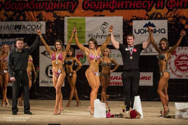Викин тренер, он же и ее молодой человек, ездит с ней на все чемпионаты