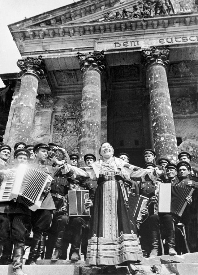 Лидия Русланова выступает с концертом перед советскими воинами на ступенях рейхстага. 1945 год.