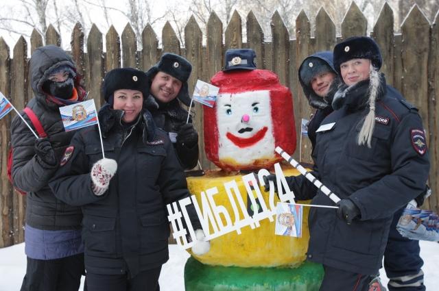 Команда ГИБДД со свом снеговиком «Светофор Светофорыч» стала абсолютным победителем в номинации «Коллективный снеговик».