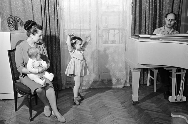 Семья солистки ГАБТ СССР Галины Вишневской (слева) и виолончелиста Мстислава Ростроповича (справа). Дочь Оля (в центре) исполняет танец из балета «Лебединое озеро». 1959 г.