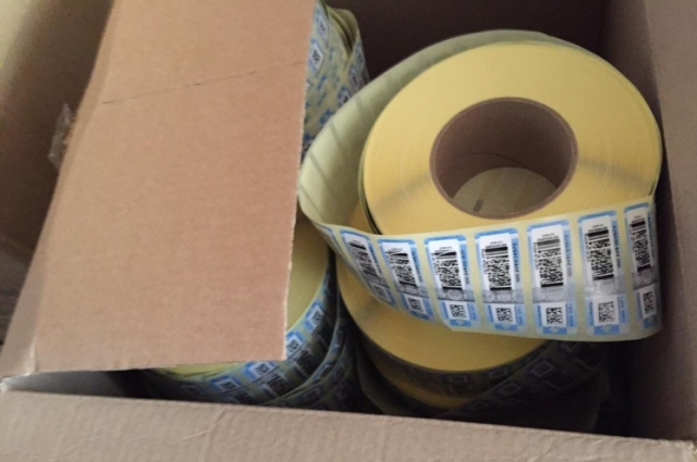 В подпольном цехе нашли ленты акцизных марок, поддельные штампы, упаковочный материал, этикетки и пробки-дозаторы.