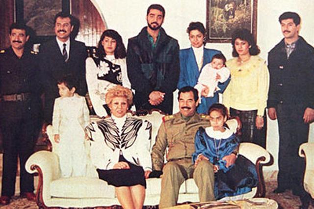 Саддам Хусейн с семьёй. Слева направо по часовой стрелке: зятья Хусейн и Саддам Камель, дочь Рана, сын Удей, дочь Рагад с сыном Али на руках, невестка Сахар, сын Кусей, дочь Хала, президент и его жена Саджида