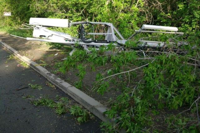 Ветром уронило столб с проводами