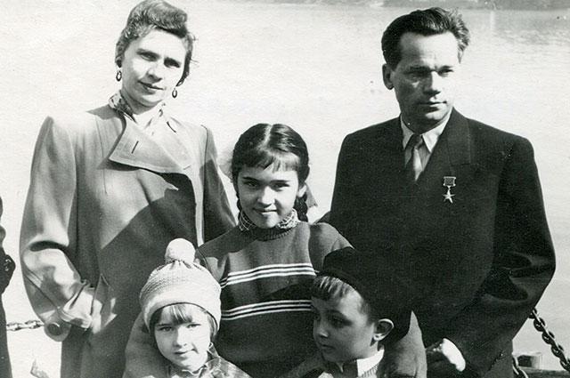 Калашников с женой и детьми, 1959 г.