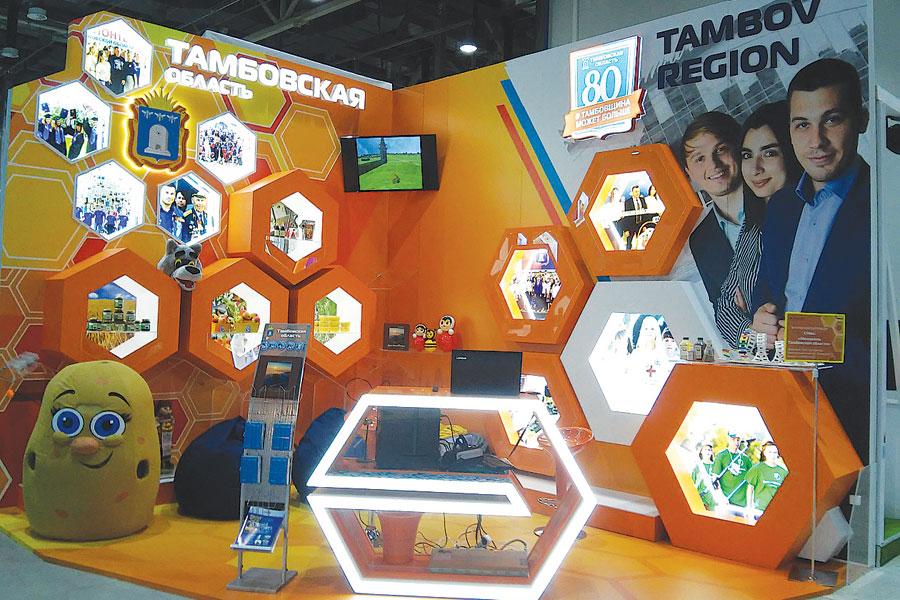 Стилизованная под улей выставка Тамбовской области привлекала внимание всех участников фестиваля.