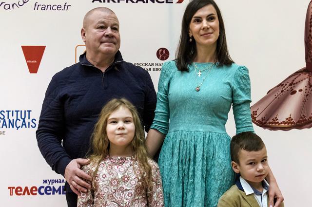 Актёр Сергей Селин с супругой Анной и детьми Марией и Макаром.
