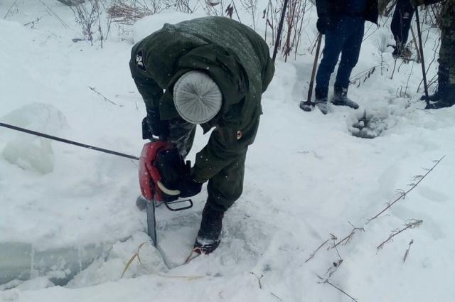 Лёд в пристрое и ограде разрезали пилами на куски и уносили подальше от дома.