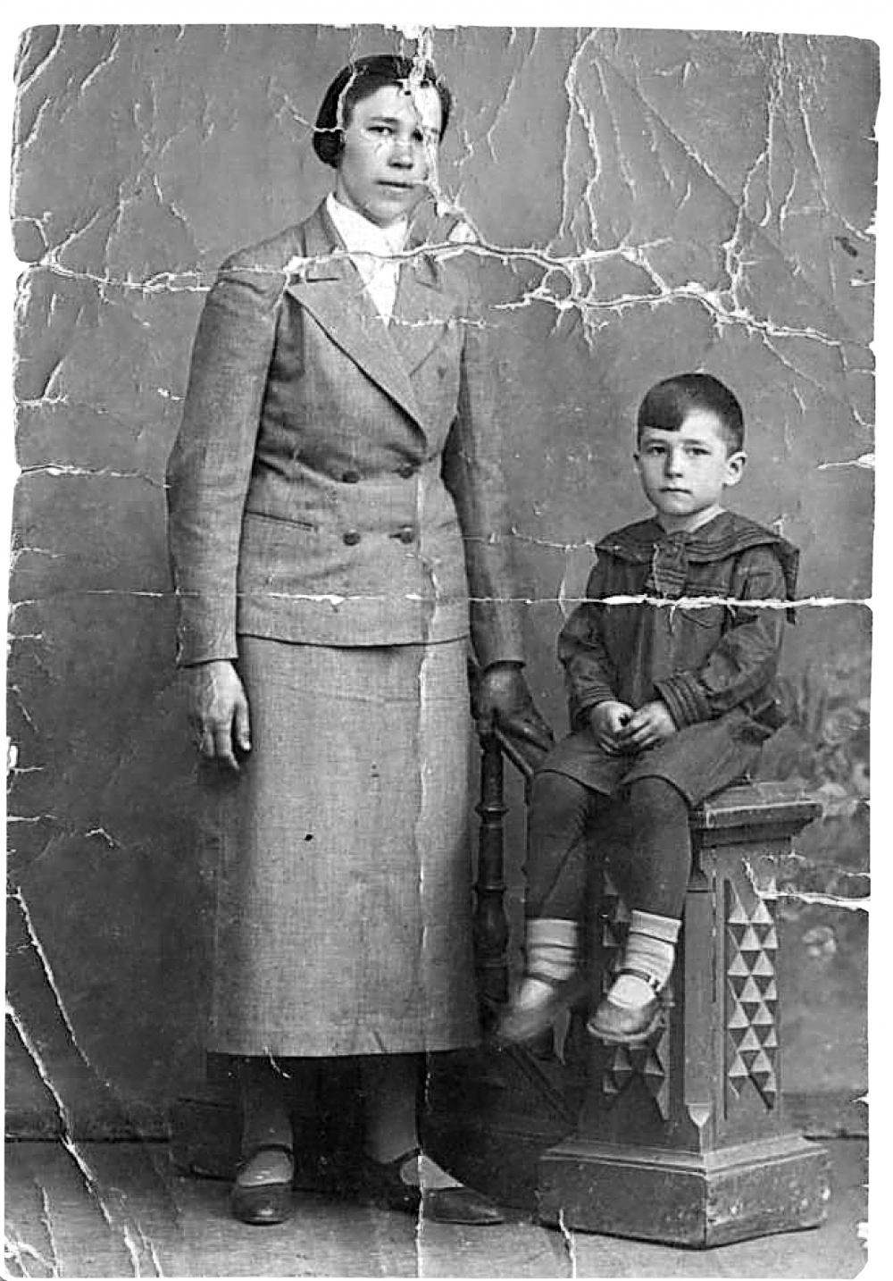 Фотография жены и сына у Павла Лошкарёва всегда была с собой... Вплоть до его гибели в 1944 году.