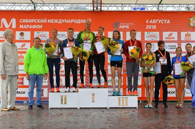 Победители и призёры SIM на пьедестале почёта.
