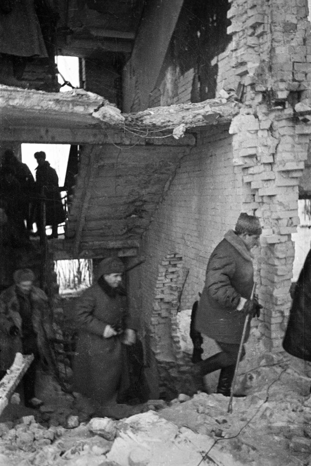 Командующий 62-й армией Василий Иванович Чуйков проходит по одному из разрушенных домов Сталинграда.
