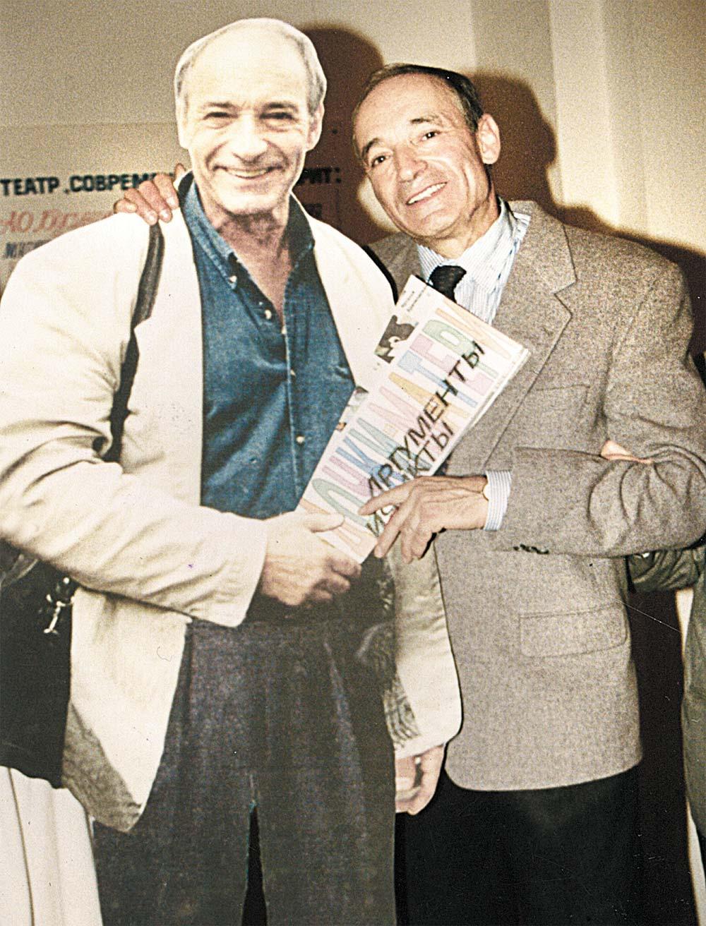 Валентин Гафт в театре «Современник» со своим картонным двойником, 1995 г.
