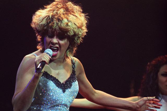 Американская певица, автор песен, актриса и танцовщица Тина Тернер выступает с сольным концертом в Государственном Кремлевском дворце, 5-6-ноября 1996 года.