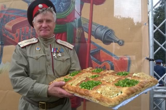 Казак с призом за конкурс - луковый пирог