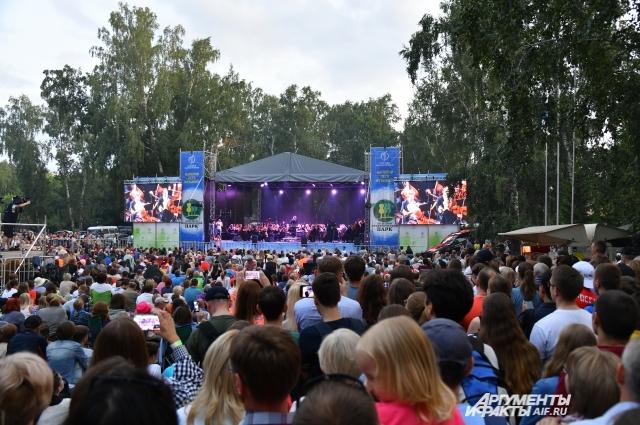 Тысячи зрителей на концерте.