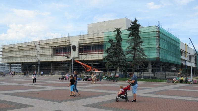 Этот День города ульяновцы отметят на фоне строительных лесов и высохших ёлок.