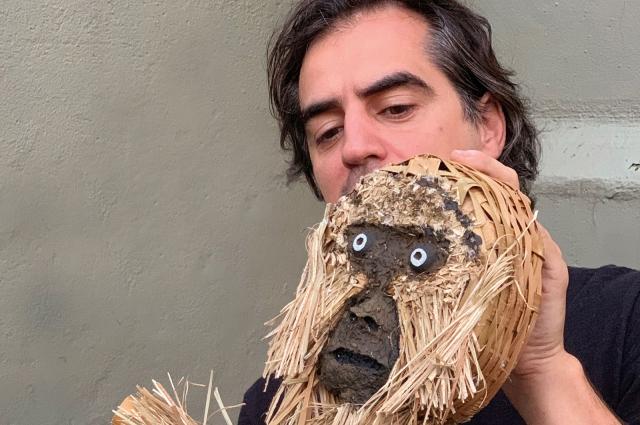 Куклы сделаны из пальмовых листьев.