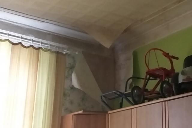В детской комнате отсырели стены, отклеились обои.