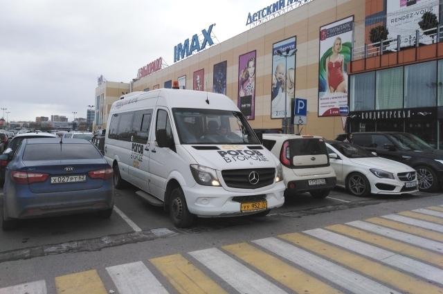 Вот на таком микроавтобусе съемочная группа СТС путешествует по городам России